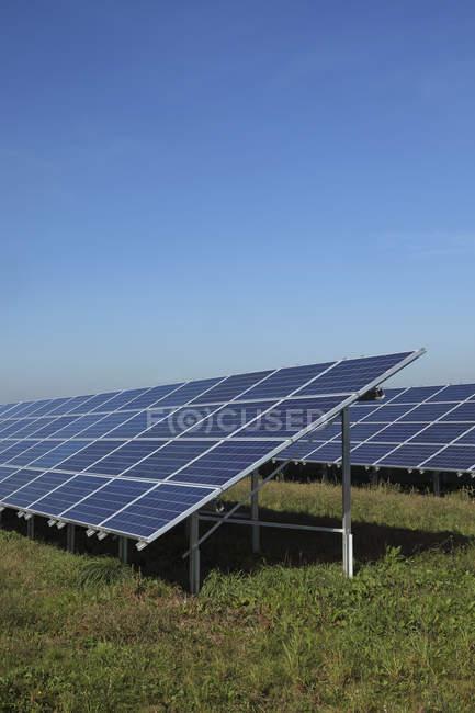 Вид современного солнечных панелей на траве против неба, Бавария, Германия — стоковое фото