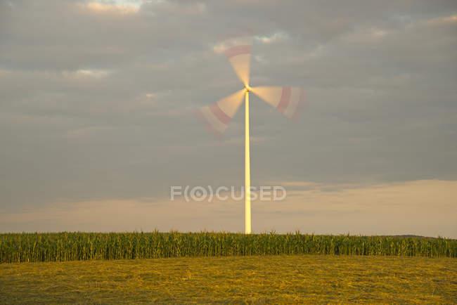 Германия, Баден-Вюртемберг, ветроэлектростанция Tomerdingen в дневное время — стоковое фото