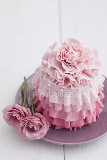 Pink mini cake with pink roses on plate, close up — Stock Photo