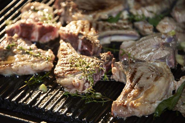 Close-up di costolette di agnello marinato sulla griglia del barbecue — Foto stock