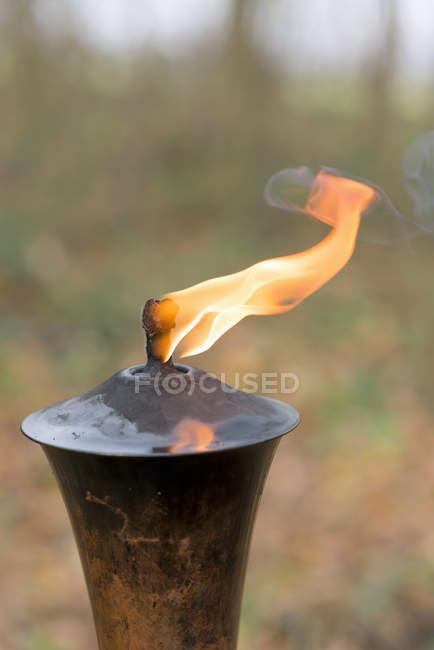 Vista de la antorcha con el fuego, primer plano - foto de stock