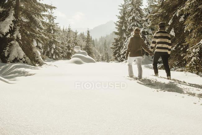 Couple de raquette dans le paysage hivernal de Altenmarkt-Zauchensee, Salzbourg, Autriche — Photo de stock