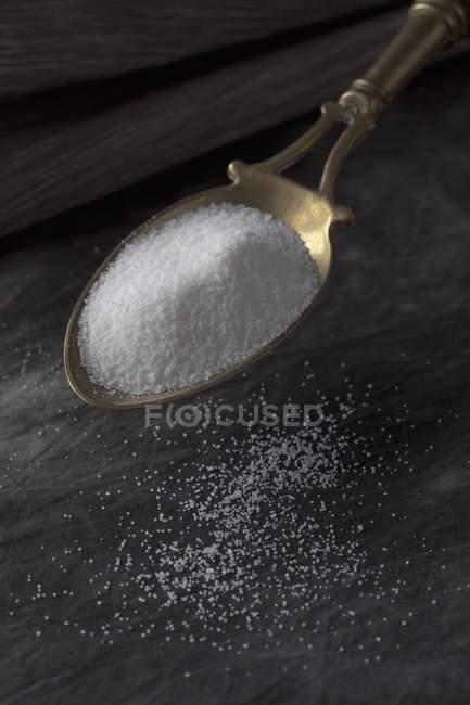 Сіль на латунь ложкою, крупним планом — стокове фото