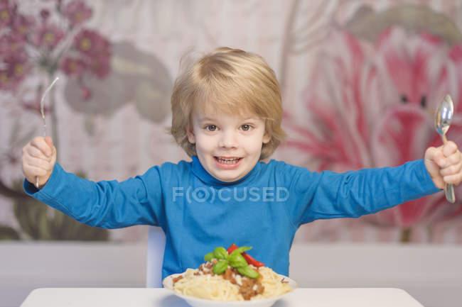 Мальчик готовится есть спагетти вилкой — стоковое фото