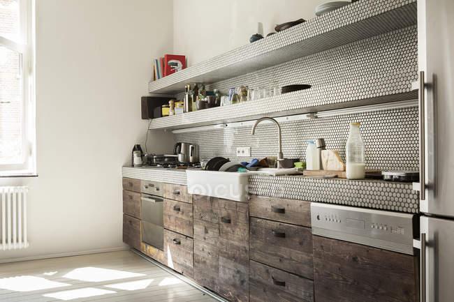 Interior da cozinha moderna com gavetas de madeira — Fotografia de Stock