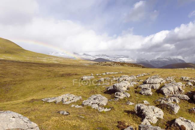 Іспанія, Піренеях, гірські плато пейзаж з веселки в небо — стокове фото