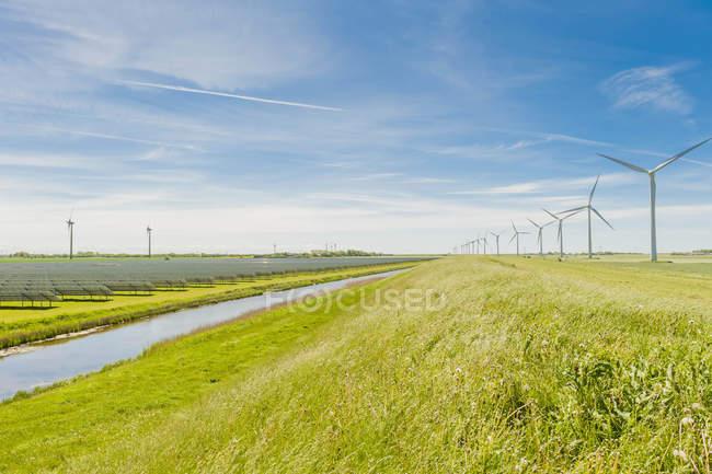 Allemagne, Schleswig-Holstein, Vue de l'éolienne dans les champs — Photo de stock