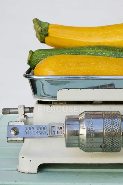 Close-up di zucchine verdi e gialle su scale di ponderazione — Foto stock