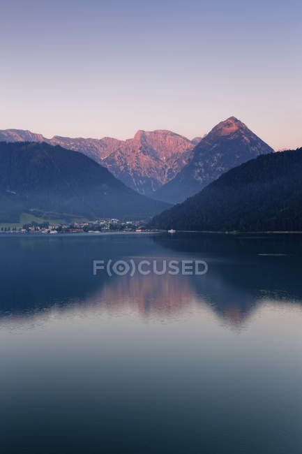 Österreich, Tirol, Ansicht von Pertisau am Achensee-See bei dayitme — Stockfoto