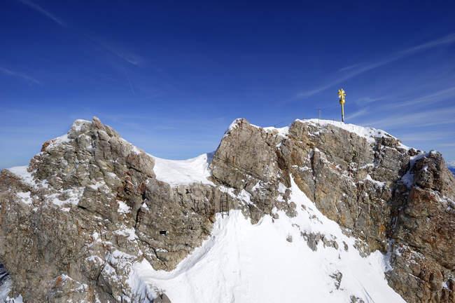 Deutschland, Bayern, Blick auf Gipfelkreuz am Zugspitze bei Tag — Stockfoto