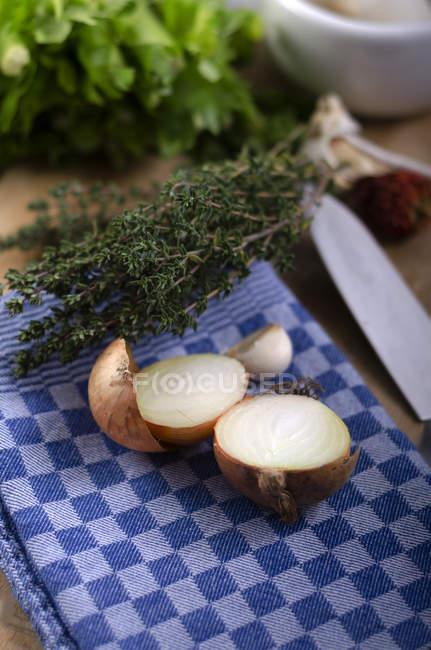 Douce moitié oignon et thym sur torchon — Photo de stock