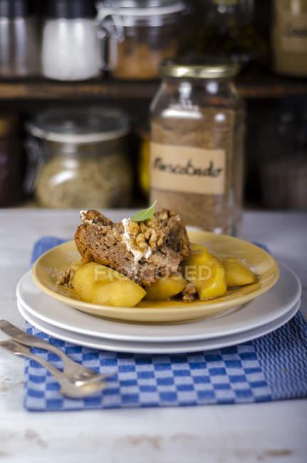 Torta della noce e fette di mela caramellata su piastre — Foto stock