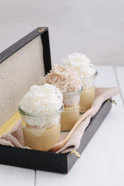 Caramel flan garnished with Turkish fairy floss Pashmak — Stock Photo