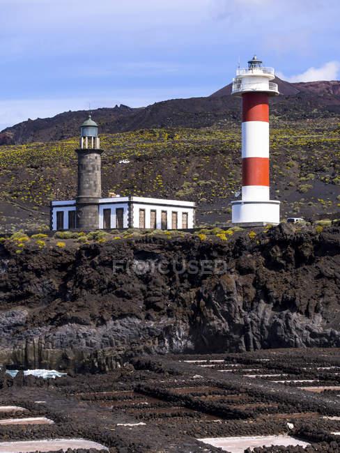 Испания, Канарские острова, Ла Пальма, южного побережья, Лос Quemados, новый и старый маяк Фуэнкальенте-де-Фару, физиологический Teneguia — стоковое фото