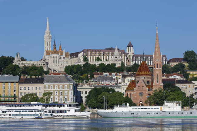 Hungary, Budapest, Pest, Matthias Church and Fishermans Bastion by Danube river view — Stock Photo