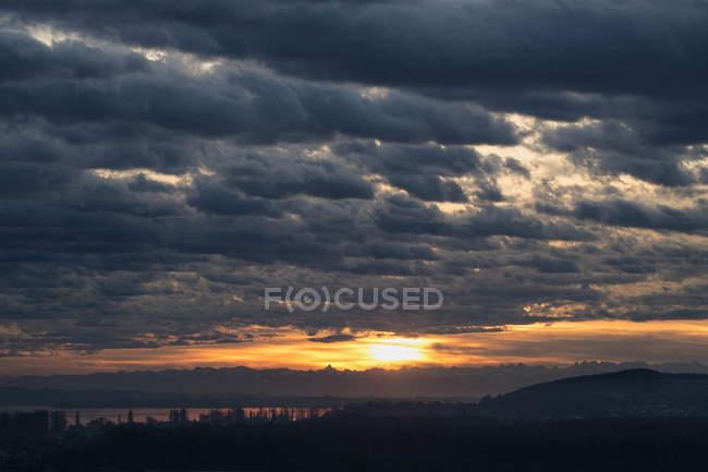 Paysage nuageux sur les Alpes et le lac de Constance au lever du soleil à Bade-Wurtemberg, Allemagne — Photo de stock