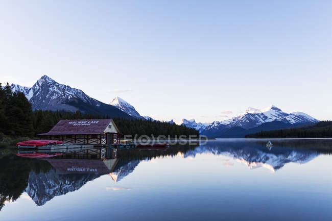 Канада, Альберта, яшми національного парку, Maligne Гора, Maligne озера, човен будинок з каное — стокове фото