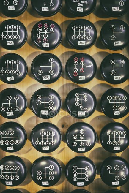 Рядки чорний КПП ручки на фоні дерев'яні — стокове фото