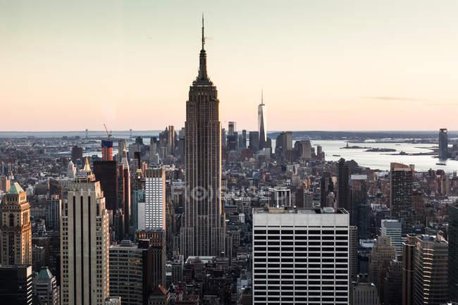 Vista panorâmica da paisagem urbana com Empire State Building à noite, Manhattan, Nova Iorque, EUA — Fotografia de Stock