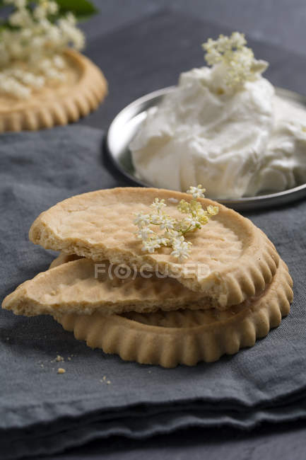 Tartlets with elder curd cream on grey fabric — Stock Photo