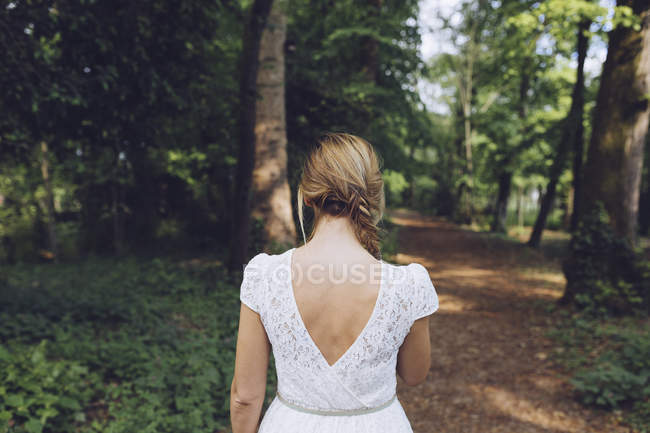 Vue arrière de la femme debout dans la nature — Photo de stock