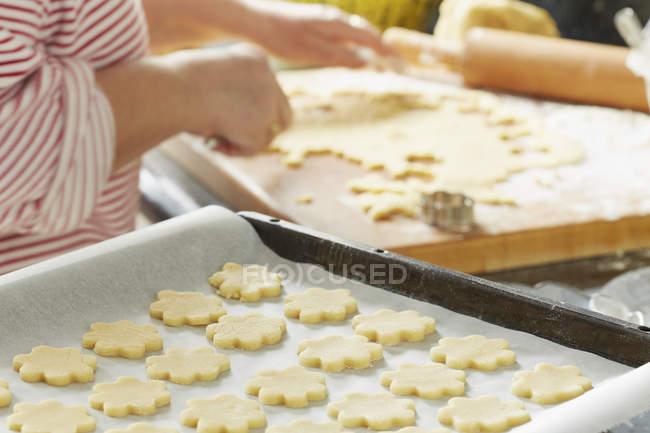 Preparación de la vista parcial de anad de galletas de Navidad de manos - foto de stock