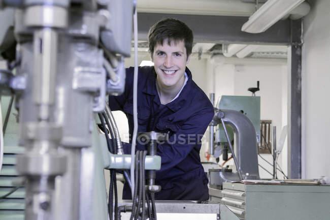 Joven mecánico trabajando en taller de artesanía - foto de stock