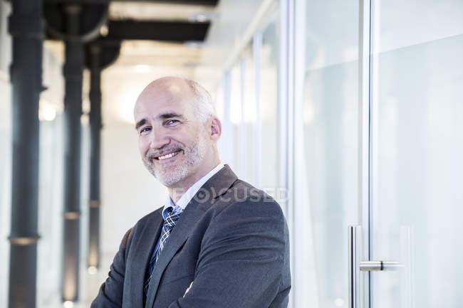 Businessman smiling confidently — Stock Photo