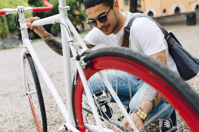 Young man with a bicycle outdoors — Stock Photo