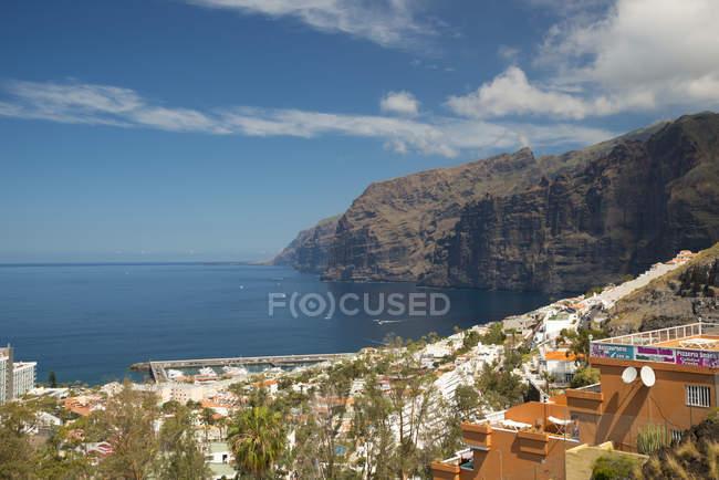 España, Islas Canarias, Tenerife, Los Gigantes, ve a costa escarpada - foto de stock