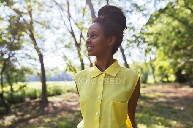 Portrait d'une jeune heureuse dans la nature — Photo de stock