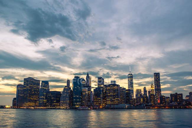 USA, New York, veduta da Brooklyn a Manhattan skyline e East River al tramonto — Foto stock