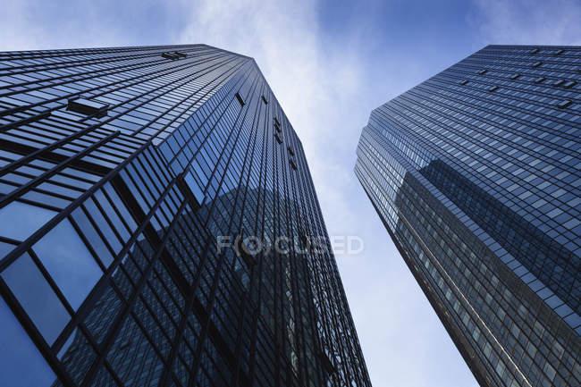 Vista inferior de las fachadas de los rascacielos de la Deutsche Bank, Frankfurt, Alemania - foto de stock