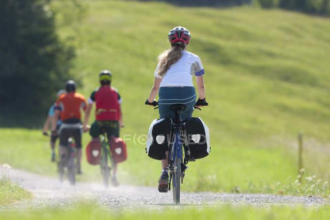 Четыре человека на велосипедный тур походы велосипед — стоковое фото