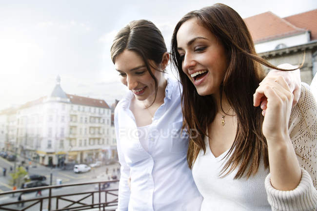 Ufficio Moderno Gioiosa : Due donne felici sul balcone in ufficio moderno u foto stock