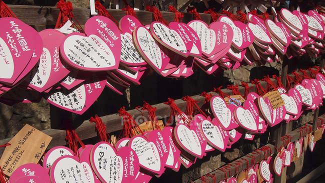 Japón, Osaka, Nara, Placas en forma de corazón con oraciones y peteciones - foto de stock