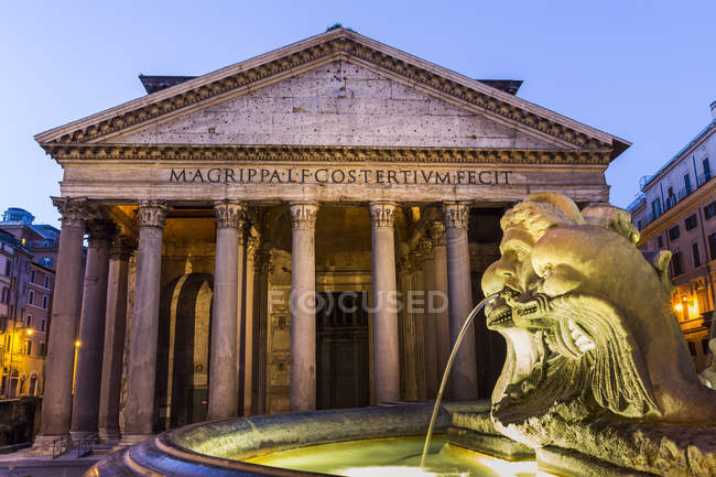 Italie, Rome, Panthéon illuminé la nuit — Photo de stock