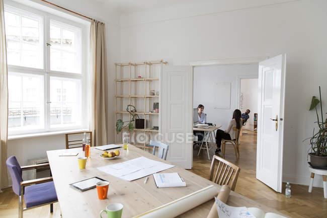 Professionnels créatifs travaillant dans un bureau moderne — Photo de stock