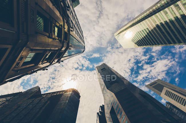 Сінгапур, Skyscrapers, низький кут зору проти неба — стокове фото
