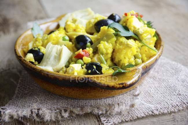 Вегетарианская паэлья с артишоки, маслины, зеленой фасолью и красный перец — стоковое фото