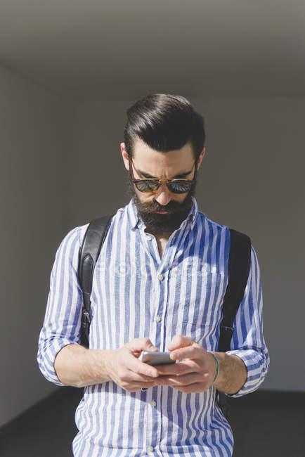 Uomo utilizzando smartphone — Foto stock