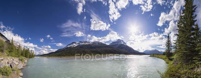 Canada, Alberta, Jasper National Park, Parco nazionale di Banff, Icefields Parkway, Saskatchewan River alla luce del sole — Foto stock