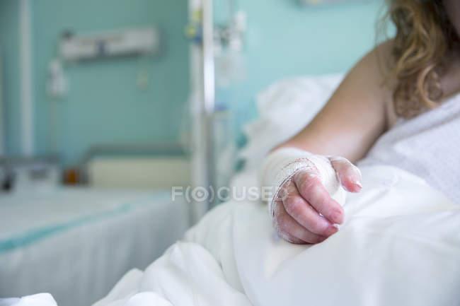 Donna in ospedale, mano operata — Foto stock