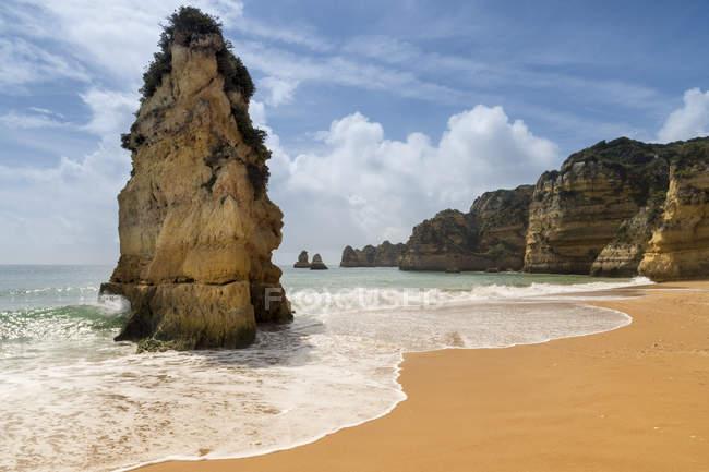 Formazione rocciosa sulla spiaggia di Dona Ana — Foto stock