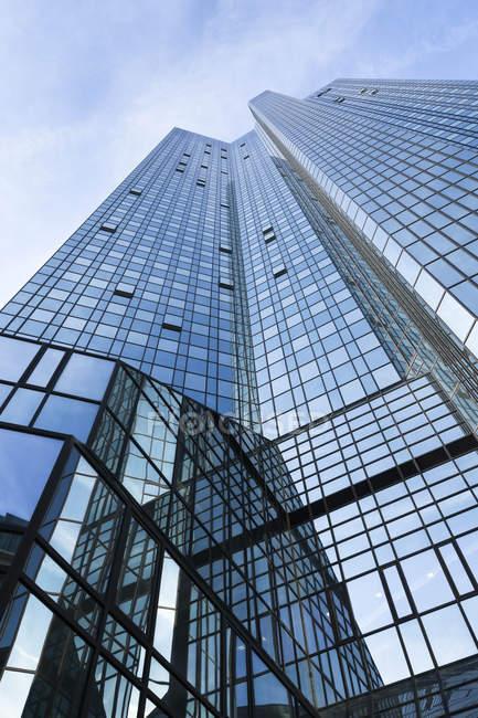 Vista inferior de la fachada de rascacielos Deutsche Bank, en Francfort, Alemania - foto de stock