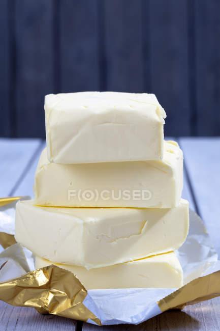 Стек из четырех частей масла на reaseproof бумаге — стоковое фото