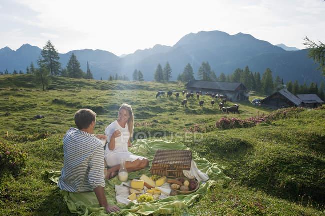 Paar mit Picknick auf Alp tagsüber — Stockfoto