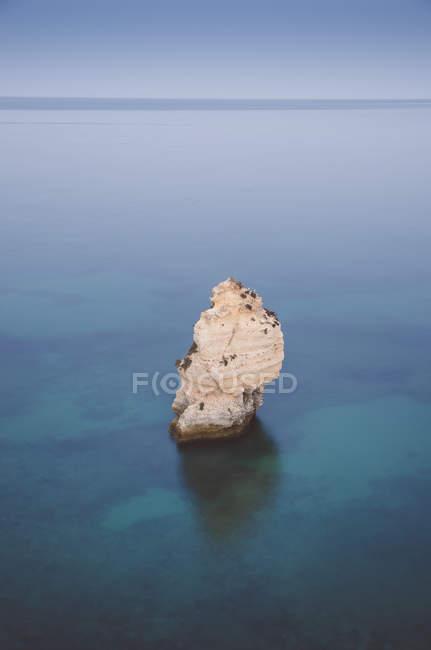 Portugal, Lagoa, Praia da Marinha com pedra no oceano — Fotografia de Stock