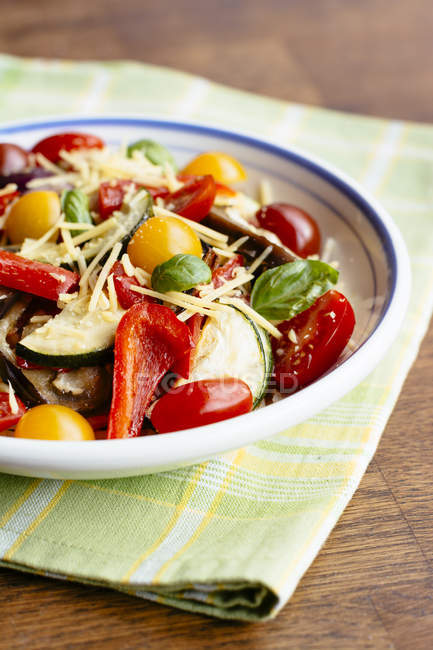 Pasta with roasted vegetables with spaghetti, pasta sauce, eggplant, red onion, zucchini, red bell peppers, mixed cherry tomatoes, non-dairy cheese, basil — Stock Photo