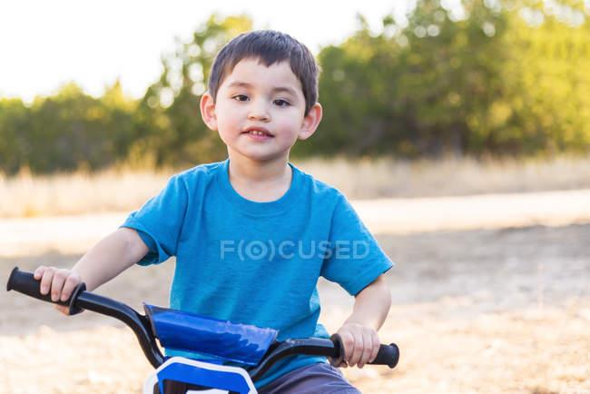 Menino andando de bicicleta no parque — Fotografia de Stock